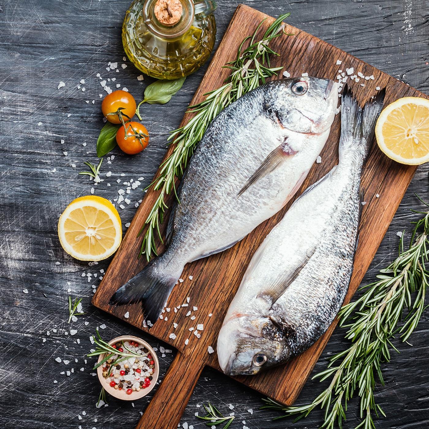 Frische Fische im Ganzen